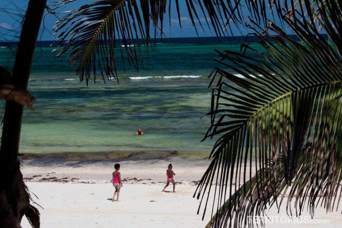 Mar verde esmeralda em frente ao hotel