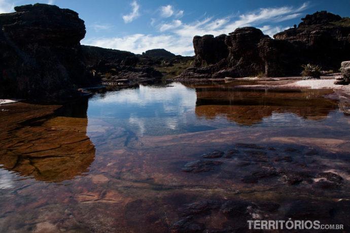 Jacuzzi entre formações rochosas pré históricas