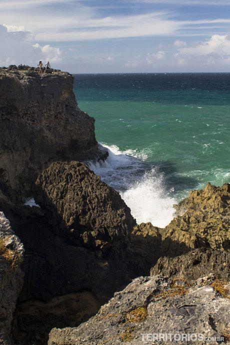 Mar violento em North Point é parada obrigatória nos roteiros de carro por Barbados