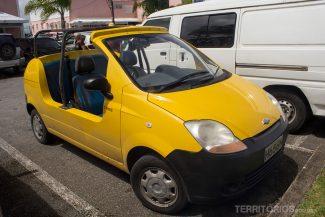 Carro amarelo conversível para alugar e fazer os roteiros de carro por Barbados