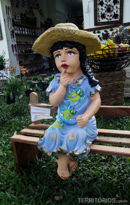 A menina de cerâmica em frente a loja de artesanato era parecida com a menina que me abordou