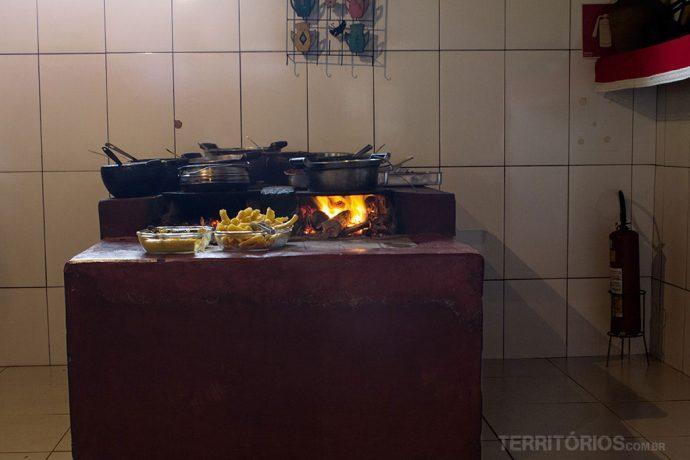 Fogão à lenha serve como mesa do buffet