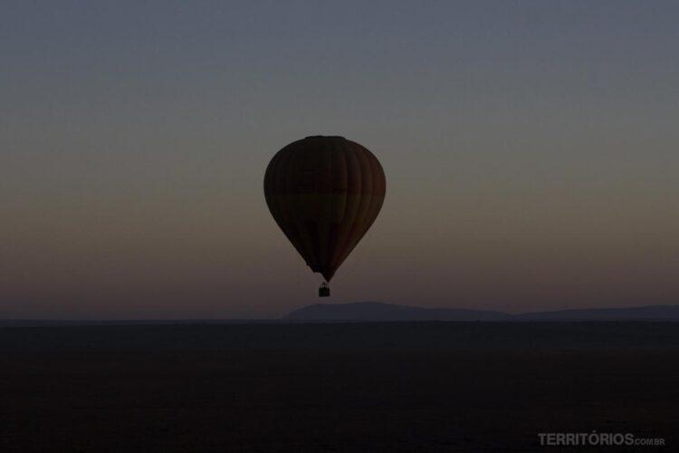 voo de balão no nascer do sol