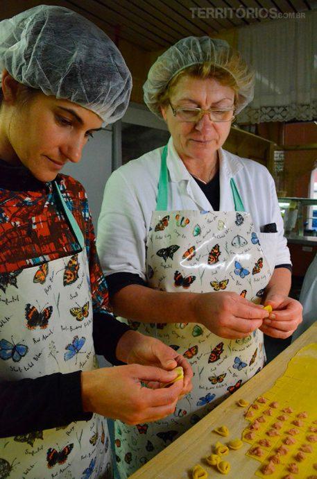 Roberta aprendendo a fazer pasta artesanal. Procure no Índice Itália