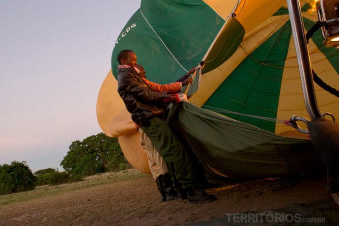 Homens ajustando o balão