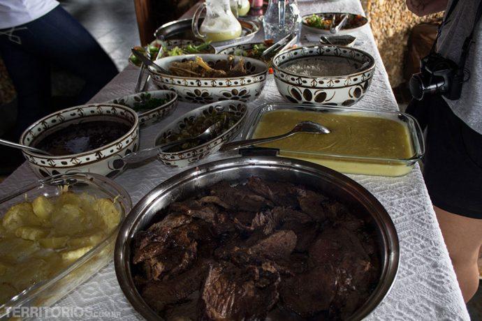 Carnes, broa de milho e comida típica mineira