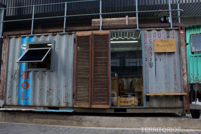 Lojas descoladas em containers
