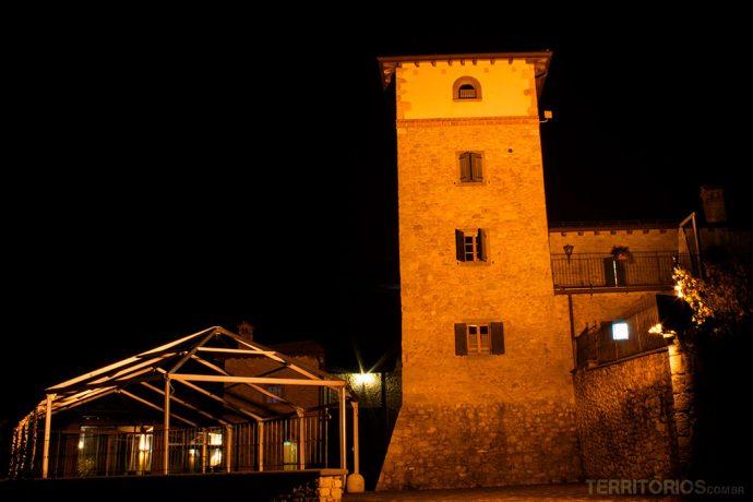 Hotel em borgo reformado. Meu quarto era a janelinha no alto da torre