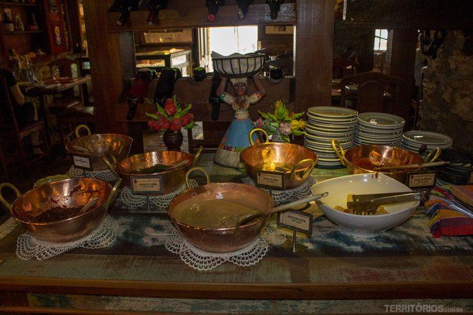 Mesa de doces caseiros no restaurante Conto dos Réis, em Ouro Preto