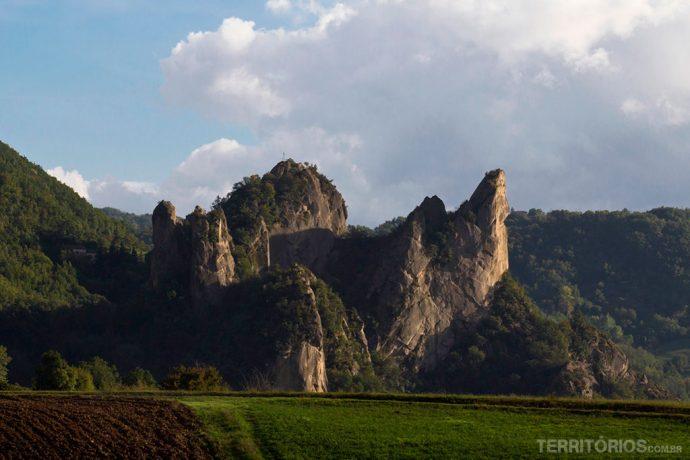 Formação rochosa parece pintura no Parco Sassi Di Roccamalatina, Apeninos
