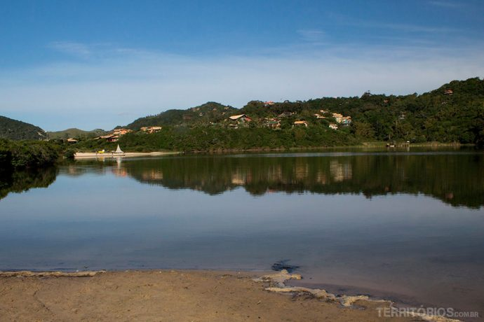 Curta caminhada margeando a lagoa para chegar a praia