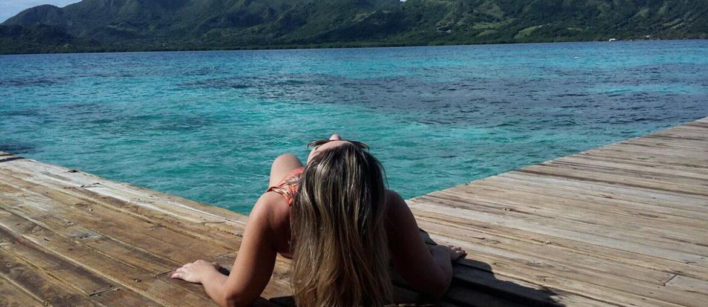 Mulher em deck na ilha de Providência ilustra o texto explicativo onde fica o caribe