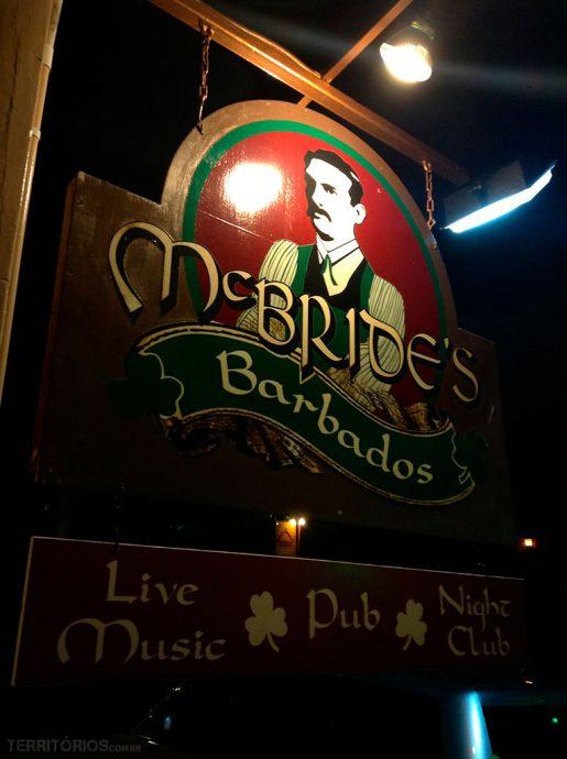 Fachada McBride's para comer e beber em Barbados