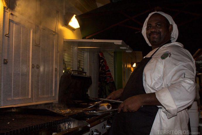 Cozinheiro no Oistins Fish Fry, o lugar mais típico para comer e beber em Barbados