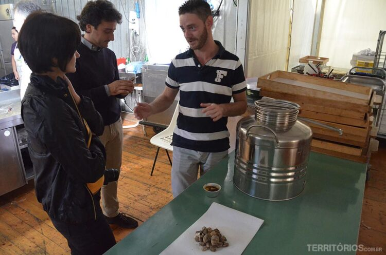 Matia Bagnolati faz demonstração sobre o verdadeiro azeite trufado
