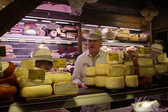 Loja de queijos e embutidos na Itália