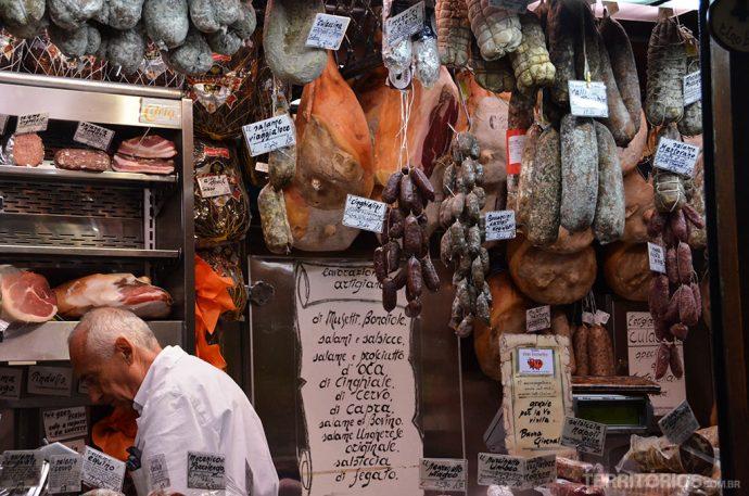Mesmo visualmente parecidos com os que temos no Brasil, provar mortadelas, queijos, salames e presuntos na Itália é outro nível de sabor que complementa a experiência da viagem