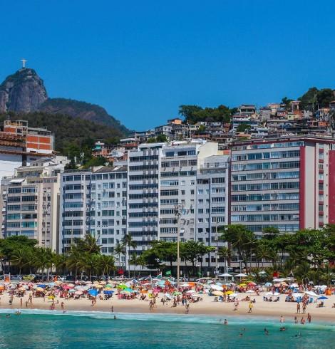 Comunidade Babilônia atrás dos prédios da praia do Leme, Rio de Janeiro - Brasil