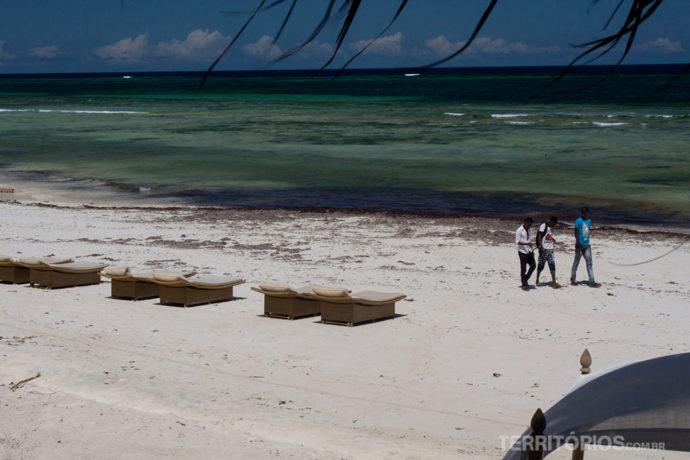 Praia na frente do hotel