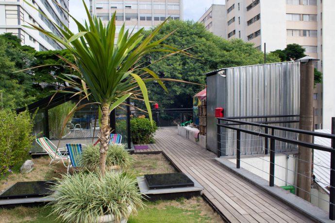Roof top com muito verde e aberturas pra captar luz natural