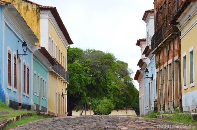 Arquitetura colonial e ruínas em Alcântara
