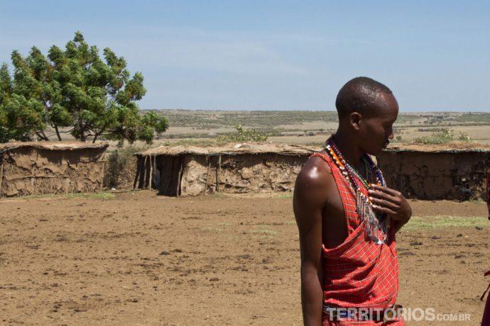 Casas de barro ao fundo é onde dormem os Masais