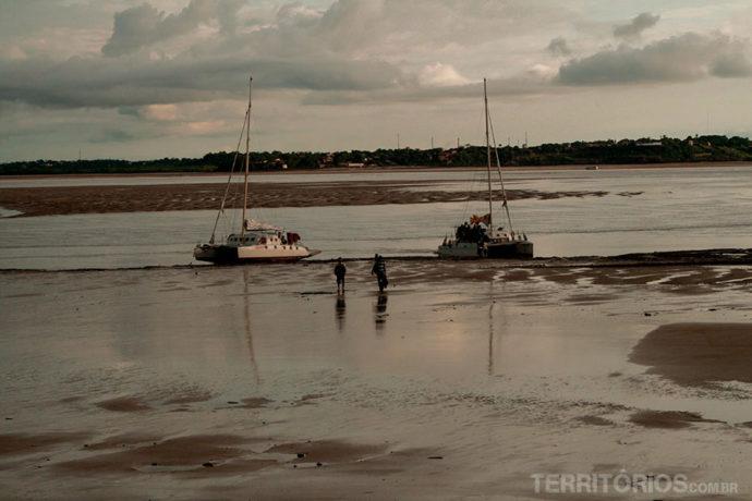 Caminhada na lama na chegada a São Luis por causa da maré baixa