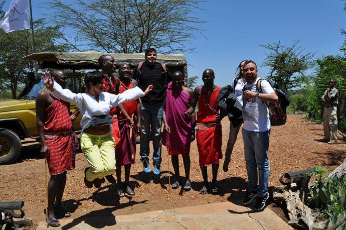 Retribui o olá do jeito deles (os Masais)