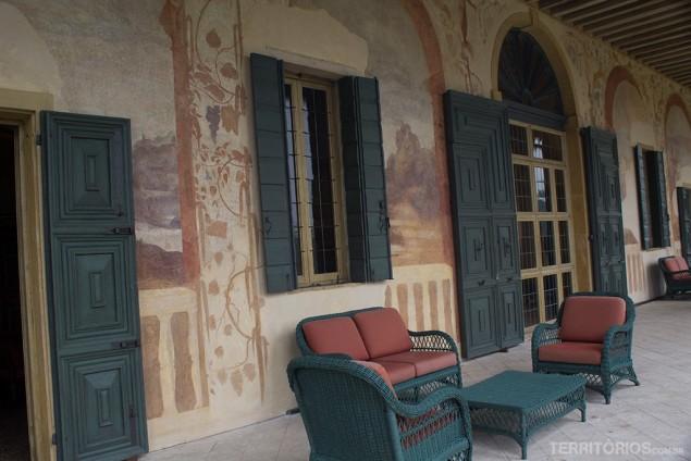A varanda e as camadas de pinturas na parede do Villa dei Vescovi
