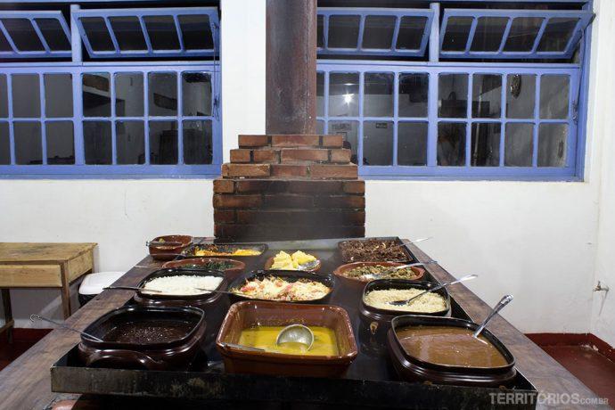 O jantar servido no fogão à lenha