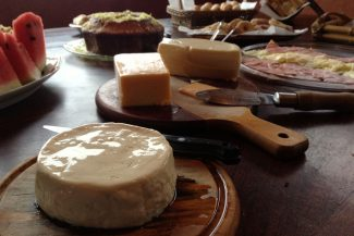 Variedade de queijos no café da manhã