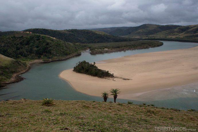 Coffee Bay em dia nublado na costa selvagem da África do Sul