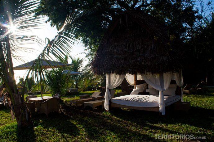 Sombra e água fresca no jardim do hotel