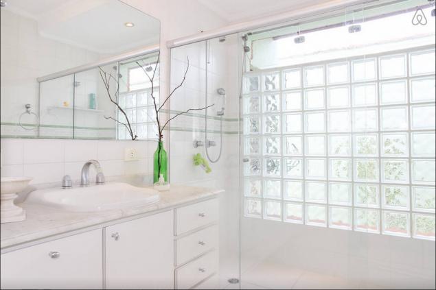 O banheiro exibido no site compartilhada pelos hóspedes de dois quartos