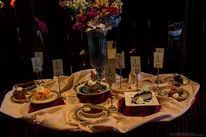 Mesa de doces na entrada do restaurante El Tovar