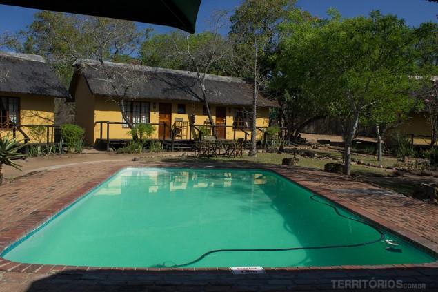 Cabana e piscina no Thorhill Safari Lodge