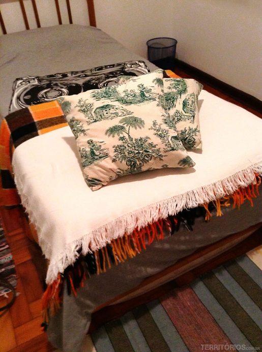 A cama de solteiro do Airbnb
