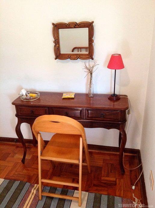 Lugar estiloso para trabalhar no quarto