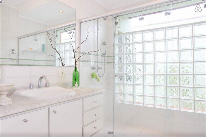 O banheiro exibido no site é compartilhada pelos hóspedes de dois quartos