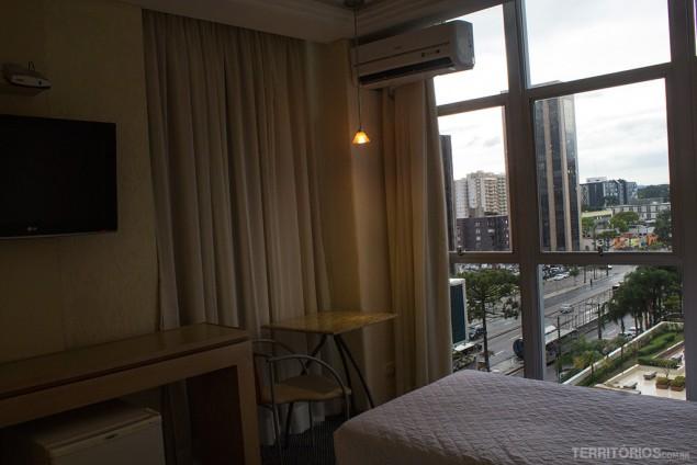 Televisão, mesa de trabalho e vista do meu quarto no San Juan Royal