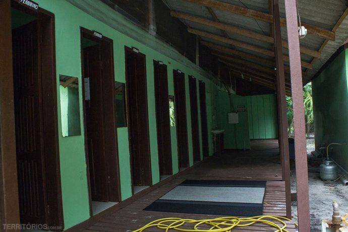 Os banheiros individuais no Camping Dourado