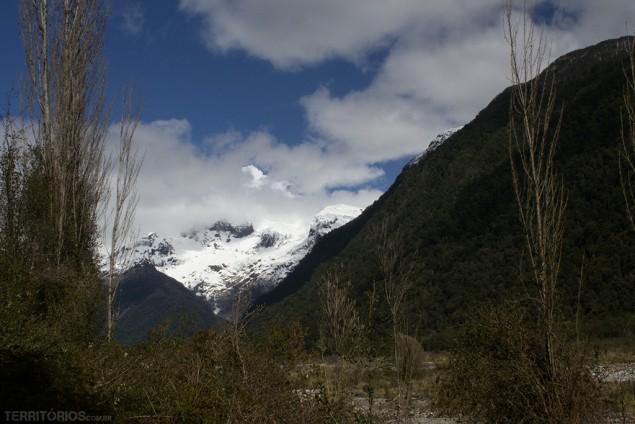 Divisa Chile Argentina determinada pelos pontos mais altos da Cordilheira dos Andes, neste ponto é o Monte Tronador - legenda