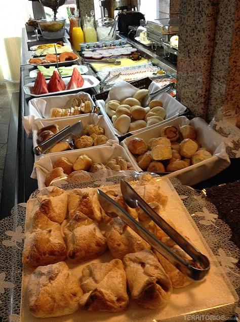 Variedade em pães no café da manhã