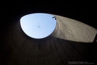 Interior da usina e visão na hora de se jogar no escuro
