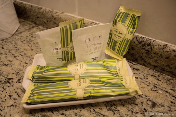 Shampo, sabonete, condicionador, cotonetes, algodão, pasta e escova de dentes