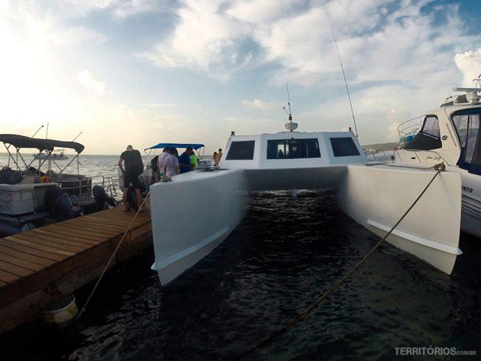 Catamarã que leva para Providência é estável, mas com mar agitado não tem jeito de fazer uma viagem tranquila