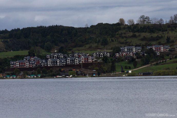 Do outro lado do lago, prédios lembram brinquedo dos anos 80. Tijolinhos para montar cidades, lembra?