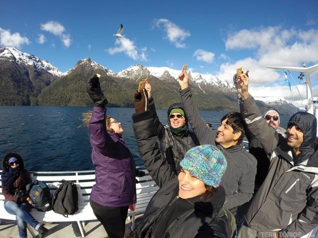 Blogueiros e jornalistas alimentam gaivotas no Cruce Andino