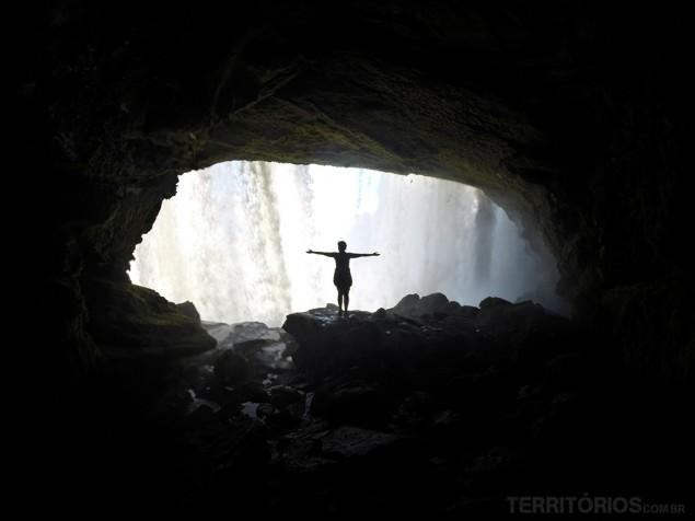 De braços abertos para a energia da cachoeira