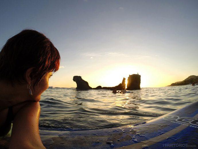 Aproveitar o stopover para aula de surfe em El Tunco com pôr do sol de brinde